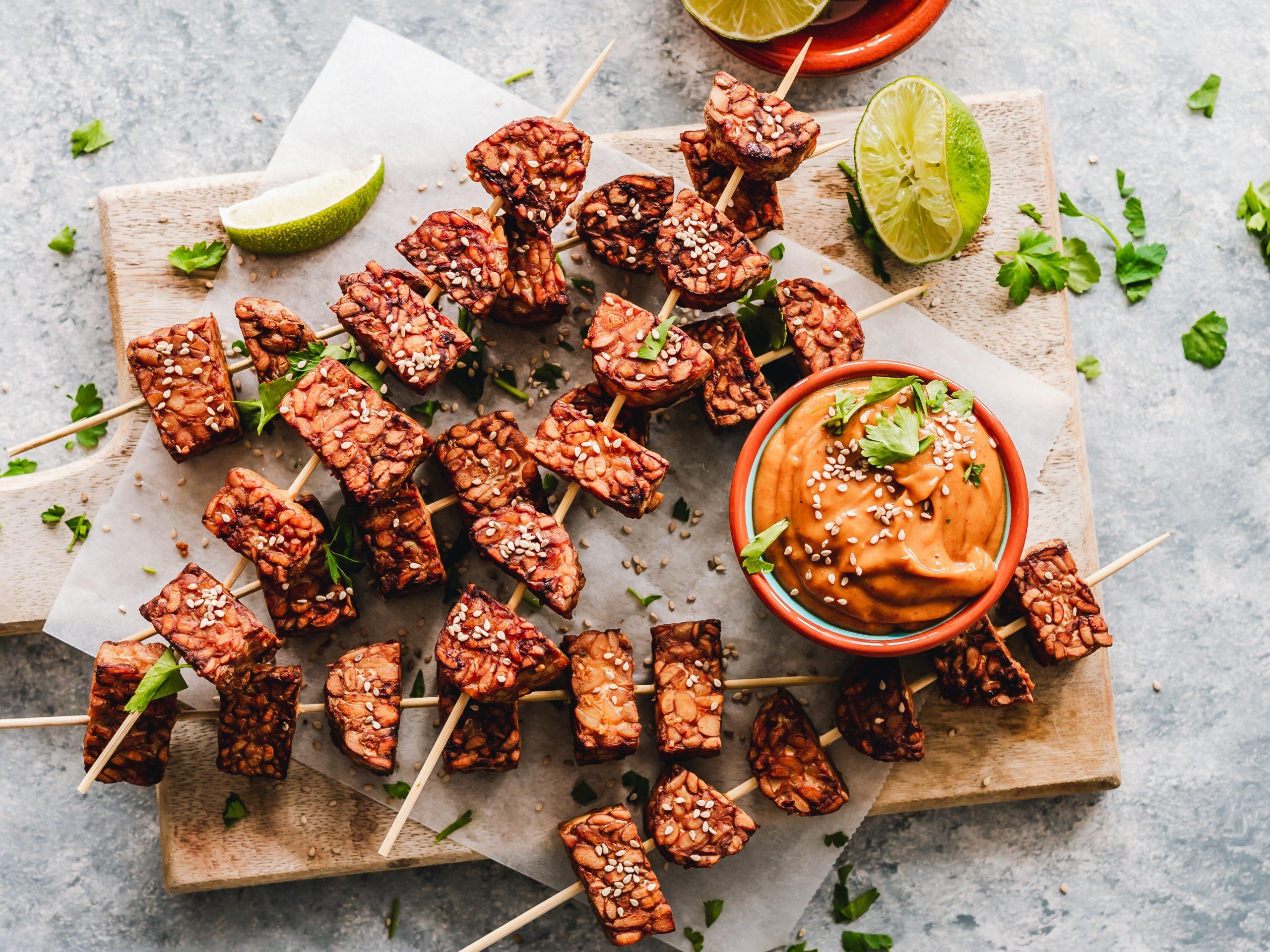 Brochettes de tempeh mariné et sauce cacahuètes